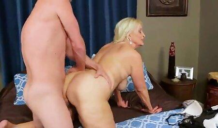 ברונטית בו זמנית נותנת הנאה סרטי סקס זקנות חינם לשני גברים