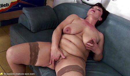 בלונדינית מאוננת מול סרטי סקס ארוכים חינם הרופא במשרד כדי להביך את עצמה.