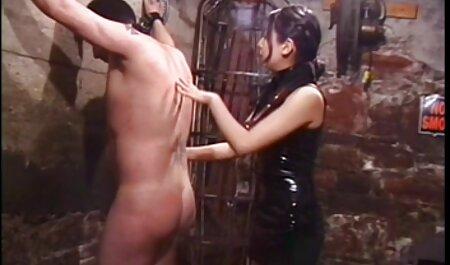 מותחים צפייה ישירה סרטי סקס בלונדיניות בגרביונים מול המצלמה.