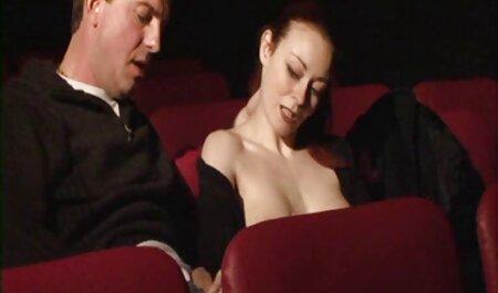 כוס סרטי סקס חזה גדול חינם מגורה בחדר הלבשה