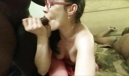 בסטודיו הנערה סרטי סקס חינם אלים ללא הבגדים נמתח הגוף