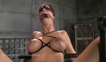 הכלבה נקרעה במעיל רטוב במצלמה סרטוני סקס צפייה ישירה שלה.