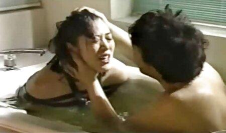 אישה סרטי מסאז ארוטי בחדר השינה מול מצלמה נסתרת