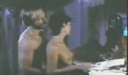 כדי לישון סרטי סקס חדשים חינם בשקט, הילדה החליטה לאונן ולגמור.