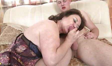 אחרי שהסתכלה מהר עם השכנה, היא המשיכה לאונן סרטי סקס לצפיה חינם עם פין.
