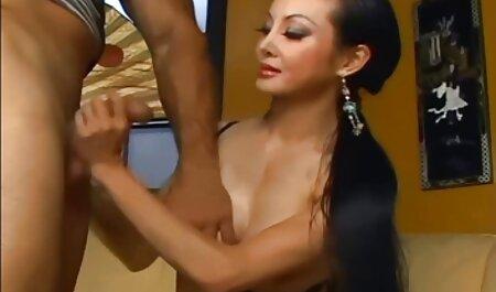 ילדה מפונקת מתחננת לשמור על הזין שלו. סרטי סקס חינם לסביות