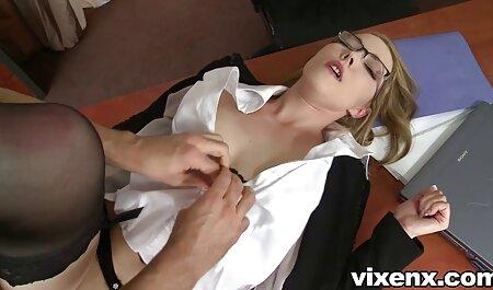 בית פורנו סרטי סקס חינם יפה הולך בעירום בבית