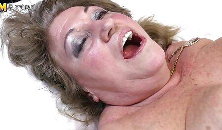 דאשה קדחה סרטי סקס גייז חינם עם שני חברים בדשא.