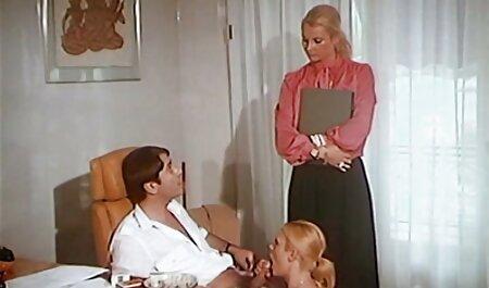 בחור אחרי סרטי חינם סקס בחורה יפה סטריפטיז יושב על כיסא