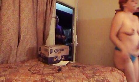 הזונה נטליה משחקת עם הלקוח שלה. סרטי סקס חינם לסביות