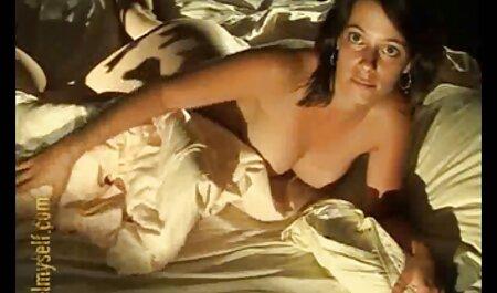היא זורקת את הרגל שלה בחדר סרטי סקס חינם עם חיות האמבטיה ומרימה את השמלה שלה